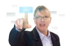 Frau, die eine interaktive Screen-Taste eindrückt Stockbild
