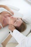 Frau, die eine Kopfmassage hat Lizenzfreie Stockbilder