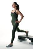 Frau, die eine Laufleine auf einem Übungsschritt tut Stockfoto