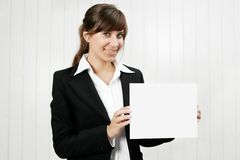 Frau, die eine leere Karte anhält lizenzfreies stockfoto