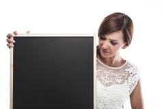 Frau, die eine leere Tafel hält Lizenzfreies Stockfoto