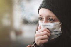 Frau, die eine Maske auf der Straße trägt Schutz gegen Virus und Griff lizenzfreie stockbilder