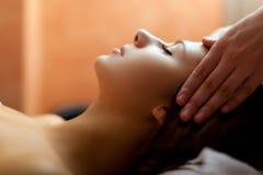 Frau, die eine Massage hat lizenzfreie stockfotografie