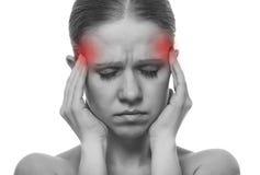 Frau, die eine Migräne hat lizenzfreies stockbild