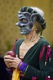 Frau, die eine mittelalterliche Schablone beim Anhalten eines roten Apfels trägt stockfoto