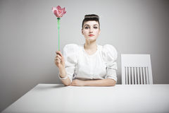 Frau, die eine Orchidee anhält Lizenzfreie Stockbilder