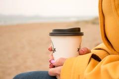 Frau, die eine Papierkaffeetasse in ihrer Hand, Frauen mit der Schale von coffe hält stockbild