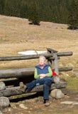 Frau, die eine Pause auf Gebirgspfad in Chocholowska-Tal, Tatra macht Stockbilder