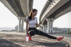 Frau, die eine Pause vom Laufen macht stockbilder