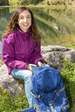Frau, die eine Pause während des Wanderns macht lizenzfreies stockfoto