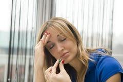 Frau, die eine Pille nimmt Lizenzfreies Stockbild