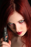 Frau, die eine Pistole anhält Stockfotos