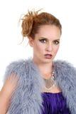 Frau, die eine purpurrote Pelzweste trägt Lizenzfreie Stockfotografie