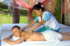 Frau, die eine rückseitige Massage erhält. Stockfoto