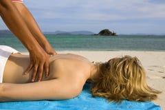 Frau, die eine rückseitige Massage hat lizenzfreies stockfoto