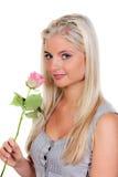Frau, die eine Rose riecht Lizenzfreie Stockfotografie