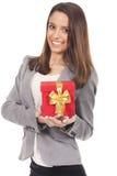 Frau, die eine rote Geschenkbox hält lizenzfreies stockbild