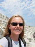 Frau, die eine Ruine erforscht Stockfotos