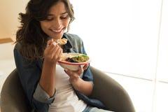 Frau, die eine Schüssel des strengen Vegetariers isst Stockfoto