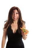 Frau, die eine Scheibe der Pizza anhält lizenzfreie stockbilder
