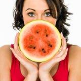 Frau, die eine Scheibe der Wassermelone anhält lizenzfreie stockfotos