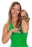 Frau, die eine Schlange anhält Lizenzfreie Stockfotos