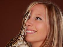 Frau, die eine Schlange anhält Stockfotos