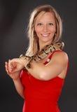 Frau, die eine Schlange anhält Lizenzfreies Stockbild