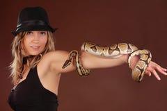 Frau, die eine Schlange anhält Lizenzfreies Stockfoto