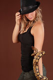 Frau, die eine Schlange anhält Stockfoto