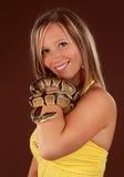 Frau, die eine Schlange anhält Lizenzfreie Stockbilder