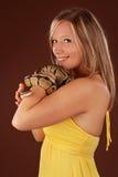 Frau, die eine Schlange anhält stockfotografie