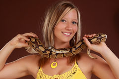 Frau, die eine Schlange anhält Lizenzfreie Stockfotografie