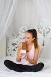Frau, die eine Schokolade isst Stockfoto