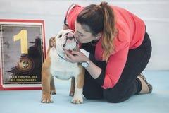 Frau, die eine Sieger Briten-Bulldogge küsst Lizenzfreies Stockfoto