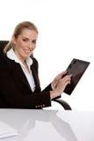 Frau, die eine Tablette anhält stockbilder