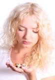 Frau, die eine Tablette nimmt Stockfotos