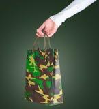 Frau, die eine Tasche des Militärs anhält Lizenzfreie Stockfotos