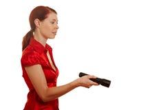 Frau, die eine Taschenlampe anhält Stockfotografie