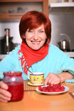 Frau, die eine Tasse Tee mit Himbeeremarmelade trinkt stockfoto