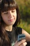 Frau, die eine Textnachricht auf ihr liest lizenzfreie stockbilder