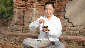 Frau, die eine tibetanische Schüssel spielt stock footage