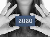 Frau, die eine Visitenkarte - 2020 zeigt Lizenzfreies Stockbild