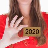 Frau, die eine Visitenkarte - 2020 zeigt Stockfoto