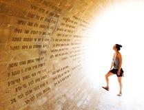 Frau, die eine Wand betrachtet Stockbild