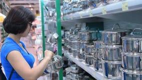 Frau, die eine Wanne im Speicher kauft stock footage