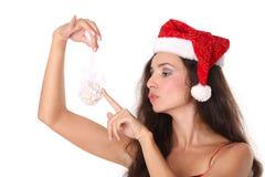 Frau, die eine Weihnachtskugel anhält Stockfoto