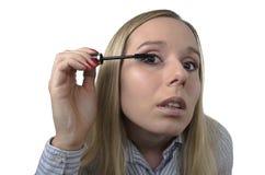 Frau, die eine Wimperntusche anwendet Lizenzfreies Stockbild