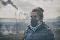 Frau, die eine wirkliche umweltfreundliche, Antismog- und VirusGesichtsmaske trägt stockfotografie