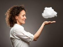Frau, die eine Wolke hält lizenzfreie stockbilder